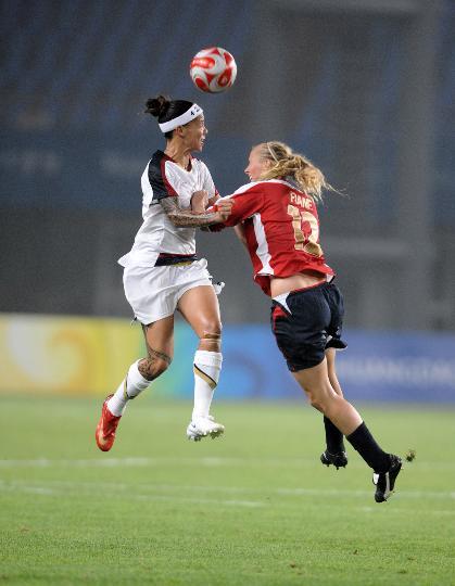 图文-[女足]挪威2-0美国 挪威队克里斯滕森争顶