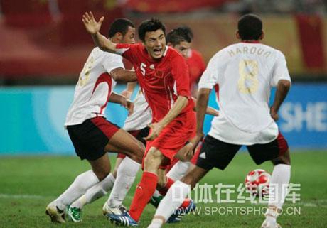 图文-[男足]中国0-2比利时 李玮峰向裁判申述