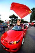 图文-[女足]中国队vs日本 红车红旗表达爱国激情