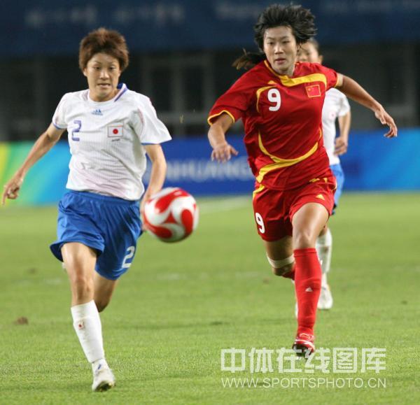 图文-[奥运]中国女足0-2日本 韩端拼抢