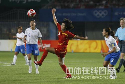 图文-[奥运]中国女足VS日本 韩端顺势凌空打门