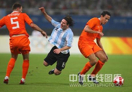 图文-男足四分之一决赛大战 梅西被放倒