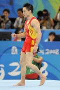 图文-中国体操男团强势冲击冠军 杨威完成动作后