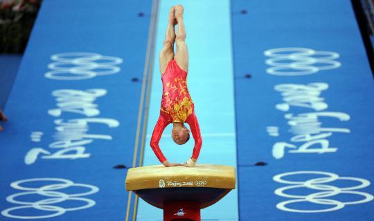 图文-中国队征战女团决赛 杨伊琳在进行跳马比赛