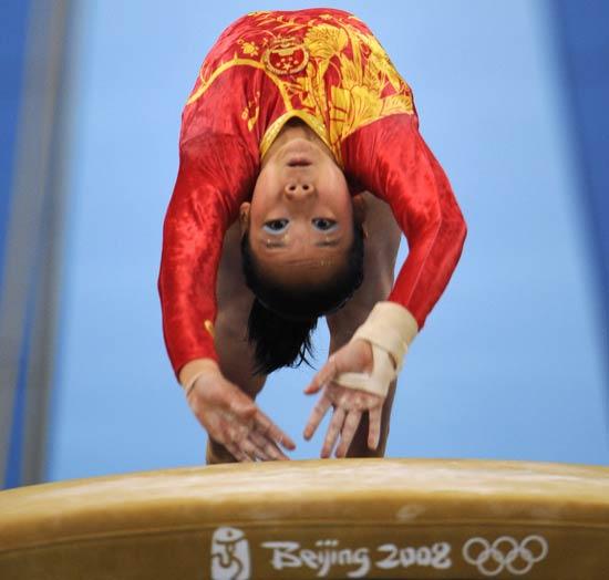 图文-中国队征战女团决赛 邓琳琳在跳马比赛中