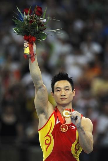 图文-杨威夺体操男子全能赛冠军 站在冠军领奖台上