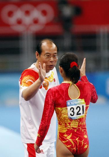 图文-体操女子跳马程菲夺铜 与教练击掌庆祝