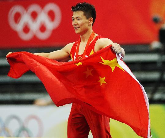 图文-陈一冰吊环夺冠 举起鲜艳的五星红旗