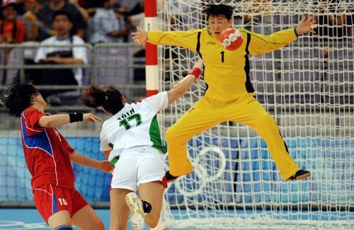 图文-男女手球预赛继续开战 守门员的高难动作
