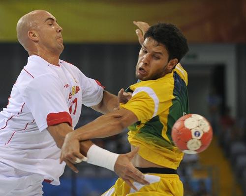 图文-男女手球预赛继续开战 球飞了