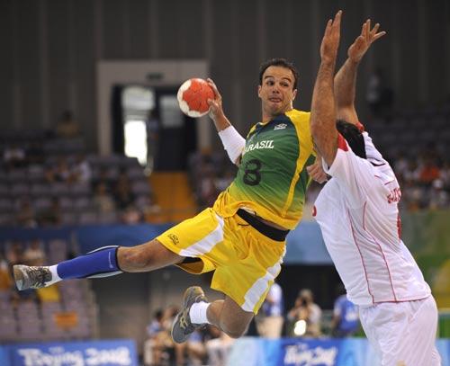 图文-男女手球预赛继续开战 大力投球