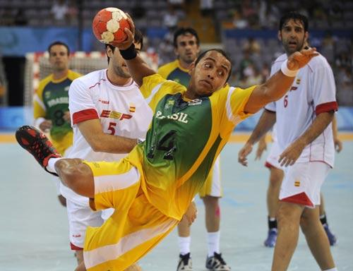 图文-男女手球预赛继续开战 如入无人之境