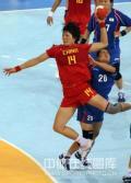 图文-女子手球中国无缘四强 刘晓妹跃起射门