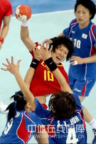 图文-女子手球中国无缘四强 王莎莎发起攻击