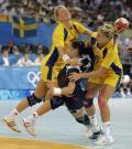 图文-19日女子手球赛场赛况 遭遇对手夹击