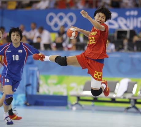 图文-19日女子手球赛场赛况 射门动作很漂亮