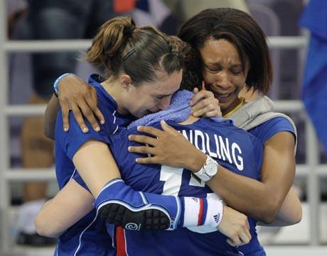 图文-19日女子手球赛场赛况 球员激动落泪