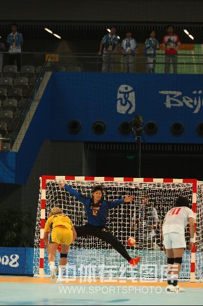 图文-女子手球5-8名排位赛 被对手打进一球