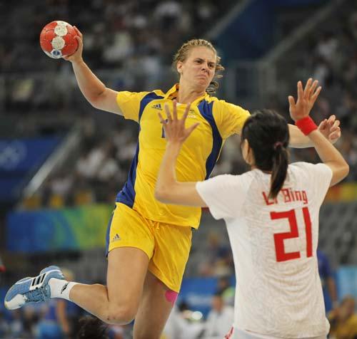 图文-女子手球5-8名排位赛 面对防守毫不手软
