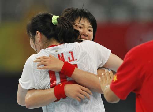 图文-女子手球5-8名排位赛 拥抱庆祝