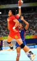 图文-女子手球罗马尼亚队获第7名 甩开防守就射