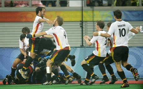 图文-男曲半决赛德国队晋级 拥抱赛场英雄