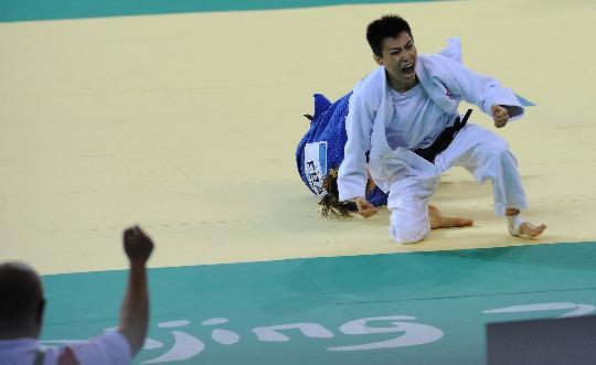 图文-女柔57公斤级许岩获铜牌 许岩疯狂庆祝
