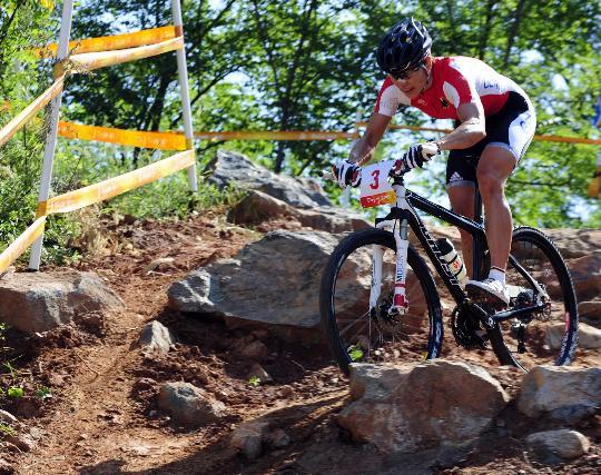 图文-施皮茨山地自行车越野折桂 在大石间穿行