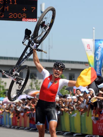 图文-施皮茨山地自行车越野折桂 举起赛车庆祝胜利