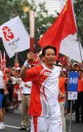 图文-奥运圣火在北京传递 徐祖根激情传火炬