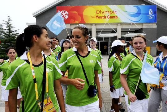图文-北京08奥林匹克青年营开营 外国青年交谈
