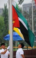 图文-莫桑比克奥运代表团举行升旗仪式 升起国旗
