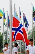 图文-挪威奥运代表团举行升旗仪式 升起挪威国旗