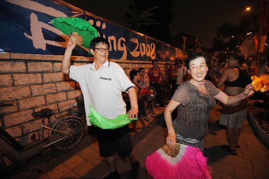 图文-北京奥运会倒计时24小时 街头敲锣打鼓扭秧歌