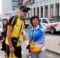 图文-四海一家共迎奥运 志愿者热情指路