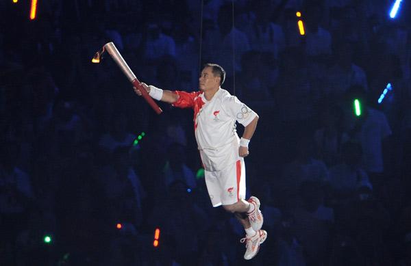 图文-奥运会开幕式点火盛况 李宁空中高难度动作