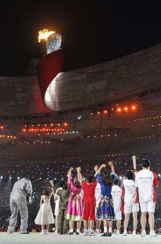 图文-开幕式火炬传递及点火 现场观众记录火炬点燃