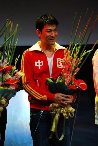 图文-众星首唱奥运歌曲《难说再见》 华仔还是那么帅