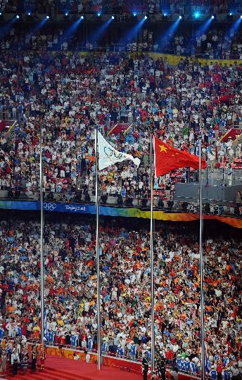 图文-北京奥运会闭幕式盛况 国旗与五环旗同辉