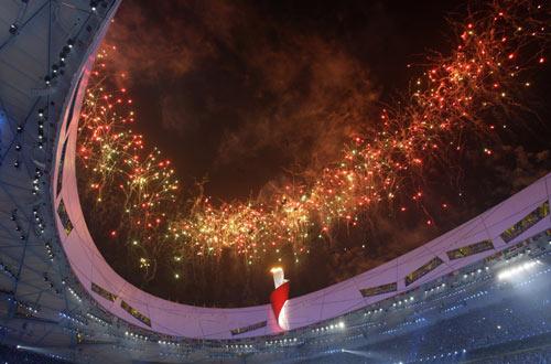 图文-北京奥运会闭幕式 仰望鸟巢夜空