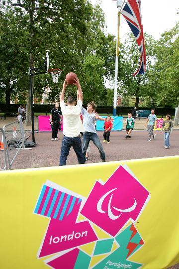 图文-奥林匹克会旗移交伦敦 孩子们玩篮球庆祝