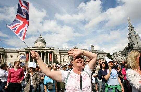 图文-奥林匹克会旗移交伦敦 妇女挥舞英国国旗