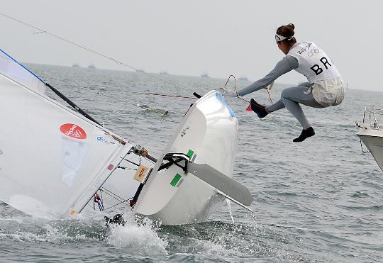 图文-奥运帆船帆板精彩回顾 跳入水中的一瞬