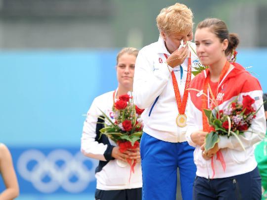 图文-芬兰选手获得女子飞碟多向冠军 冠军落泪