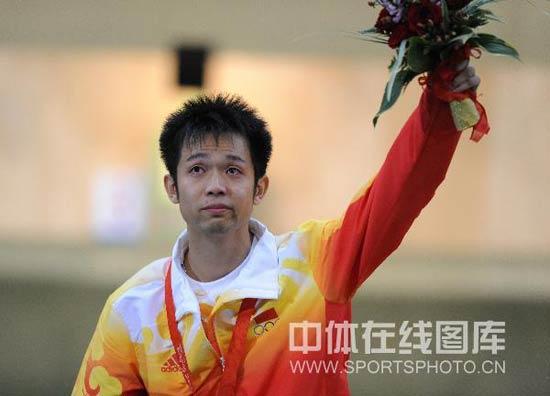 图文-男子10米气步枪决赛 朱启南含泪向观众致意