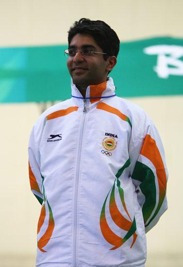 图文-男子10米气步枪决赛 印度选手宾德拉获得冠军