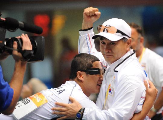 图文-男子50米手枪慢射 秦钟午赛后拥抱教练