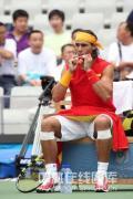 图文-纳达尔出战奥运男单首轮 场下喝饮料