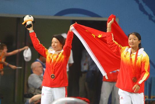图文-郑洁晏紫夺得网球女双铜牌 高举国旗庆祝