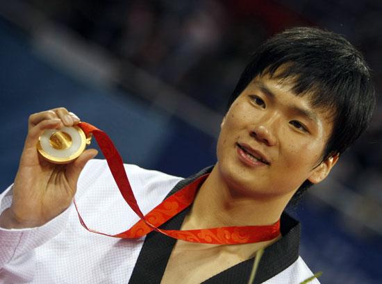 图文-[奥运]男子跆拳道+80KG 车东�F展示金牌